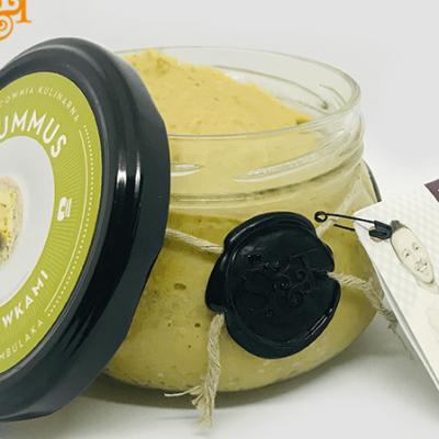 Bezglutenowy i wegański hummus z zielonymi oliwkami