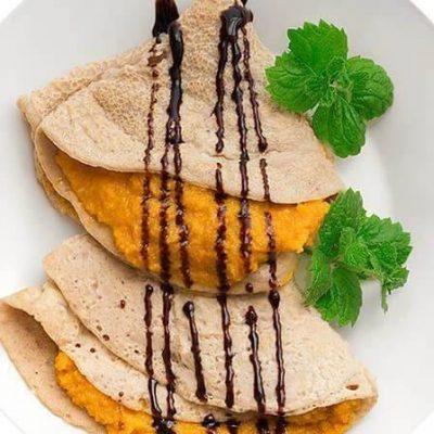 Bezglutenowe i wegańskie naleśniki z konfiturą marchwiowo-pomarańczową